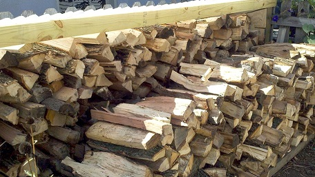 tűzifa hasogatva Áporka
